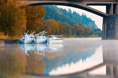 Tre yacht nel porto sotto un ponte a Praga Immagini Stock