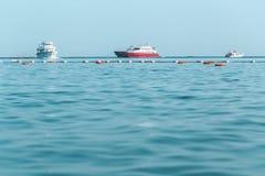 Tre yachtfartyg i turkoshavet arkivfoton
