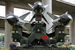 Tre yt-luft- missiler som monteras på en launcher royaltyfria bilder