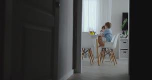 幸福家庭年轻美丽的母亲和两个儿子画与坐在桌上的色的铅笔在厨房里 ?treadled 股票视频