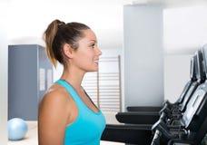 Treadmill γυμναστικής εσωτερικά μπλε μάτια άσκησης γυναικών Στοκ Φωτογραφίες