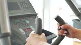 Treadmill και θηλυκά χέρια φιλμ μικρού μήκους