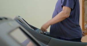 Treadmill τον βοηθά για να χειριστεί με το υπερβολικό βάρος φιλμ μικρού μήκους
