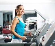 Ελκυστικά νέα τρεξίματα γυναικών treadmill Στοκ Φωτογραφίες