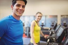 Κατάλληλοι άνθρωποι που χρησιμοποιούν treadmill Στοκ εικόνα με δικαίωμα ελεύθερης χρήσης