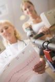 treadmill för tålmodig för doktorskvinnligkontroll Royaltyfri Bild