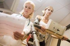 treadmill för tålmodig för doktorskvinnligkontroll Arkivbild