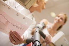treadmill för tålmodig för doktorskvinnligkontroll Fotografering för Bildbyråer