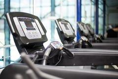 Treadmill i idrottshallen royaltyfria foton