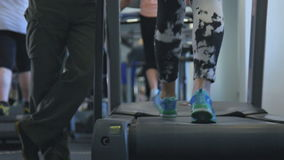 Treadmill i idrottshallen arkivfilmer