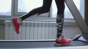 treadmill Ung idrottskvinna i utbildning på idrottshallen Slapp fokus lager videofilmer