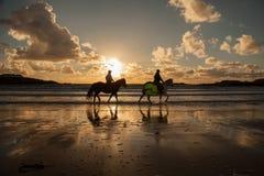Trearddur在日落的海湾海滩 库存照片