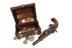 Treasure коробка и пистолет Стоковые Фотографии RF