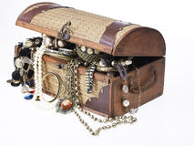 Treasure chest with lots of jewelry Royalty Free Stock Photos