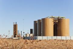 Treater y los tanques para el petróleo crudo y el condensado fotos de archivo libres de regalías