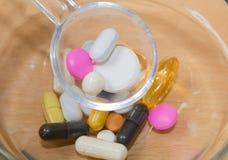 treatment Assortiment des pharmaceutiques, de beaucoup de comprimés et des capsules treatment Assortiment des préparations pharma images libres de droits
