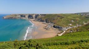 Trebarwith strand och fjärd Cornwall nära Tintagel Arkivfoton