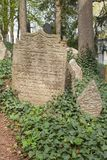 Trebic Tjeckien, April 23, 2016: Den gamla judiska kyrkogården, den gamla judiska delen av staden Trebic listas bland UNESCO Royaltyfri Foto