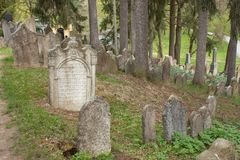 Trebic Tjeckien, April 23, 2016: Den gamla judiska kyrkogården, den gamla judiska delen av staden Trebic listas bland UNESCO Royaltyfri Fotografi
