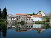 Trebinje reflexion i njica för flodTrebiÅ ¡ royaltyfri fotografi