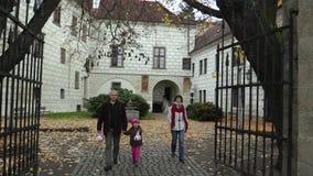 TREBON,捷克, 2017年11月2日:有一个孩子的一个家庭在城堡的一次远足的旅行的在秋天的Trebon, a 股票录像