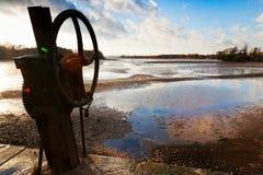 TREBON,捷克- DEC 2014年-钓鱼在Svet池塘的收获  免版税库存照片