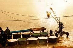 TREBON,捷克- DEC 2014年-钓鱼收获 库存照片