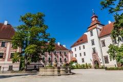 Trebon slott och springbrunn Trebon, Tjeckien Royaltyfria Bilder
