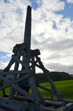 Trebuchet现出了轮廓反对天空在Urquhart城堡 图库摄影