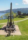 Trebuchet på den Urquhart slotten, Skottland Arkivfoto