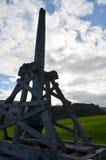 Trebuchet Silhouetted mot himlen på den Urquhart slotten Arkivbild