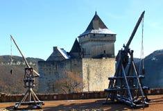 Trebuchet und Castelnaud Schloss in Dordogne Frankreich lizenzfreie stockfotos