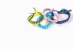 Trecce alla moda dei braccialetti della gioventù su un bianco Fotografia Stock
