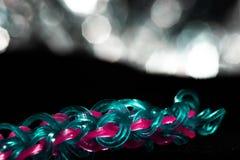 Treccia blu con i legami rosa dei capelli immagine stock libera da diritti