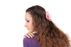 Treccia dei capelli della ragazza con il fiore fotografia stock libera da diritti