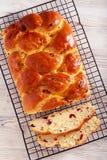 Treccia del pane della frutta, affettata sullo scaffale fotografia stock