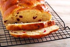 Treccia del pane della frutta, affettata sullo scaffale immagini stock libere da diritti