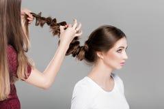 Treccia dell'acconciatura Donna con capelli lunghi fotografia stock