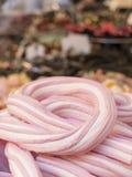 Treccia della caramella gommosa e molle rosa e bianca nella priorità alta Varietà o Immagine Stock