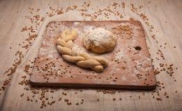 Treccia della pasta su farina fotografia stock libera da diritti