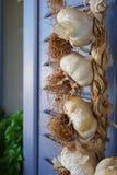 Treccia di aglio in un ristorante in Imerovigli, Santorini immagini stock libere da diritti