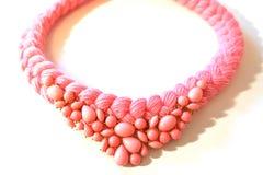 Treccia rosa della collana da filato con una decorazione fotografia stock libera da diritti