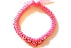 Treccia rosa della collana da filato con una decorazione immagini stock libere da diritti
