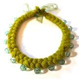 Treccia verde della collana da filato con una decorazione immagine stock libera da diritti