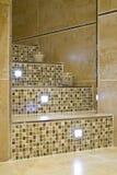 Trede in een moderne badkamers Stock Foto