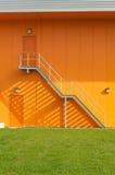 Trede op een industrieel gebouw Stock Fotografie