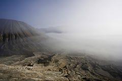 Treden aan de krater van vulkaan Bromo Stock Fotografie