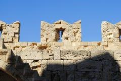 Treden aan de muur van middeleeuwse vesting op het Eiland Rhodos in Griekenland Royalty-vrije Stock Foto's