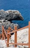 Treden aan de rotsachtige kust royalty-vrije stock fotografie