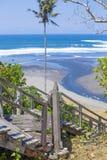 Treden aan een tropisch strand Stock Foto's